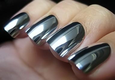 Decoración de uñas efecto espejo